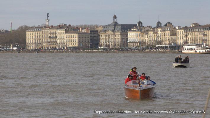 Bateau Chris Craft Riviera sur la Garonne et quai Louis XVIII en arrière-plan ; depuis la gabare les Deux Frères. Bordeaux, samedi 16 mars 2013