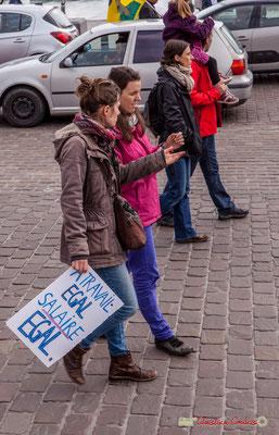 """11h40 Panneau en berne """"A travail égal salaire égal"""" Des militantes n'y croiraient plus ? Quai de la Douane, Bordeaux. 01/05/2018"""