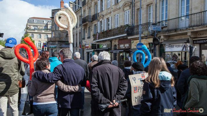 Les trois Phi aux couleurs de la République française. Manifestation du 1er mai 2017, avec la France Insoumise, cours d'Albret, Bordeaux