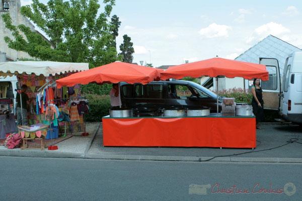 Installation de la restauration sur place et des boutiques artisanales. Festival JAZZ360, Les coulisses du Festival à Cénac. 03/06/2011