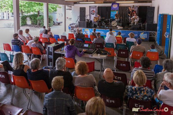 Après s'être restauré sur place, le public est de retour sous le préau, lieu de repli. Festival JAZZ360 2018, Camblanes-et-Meynac. 09/06/2018