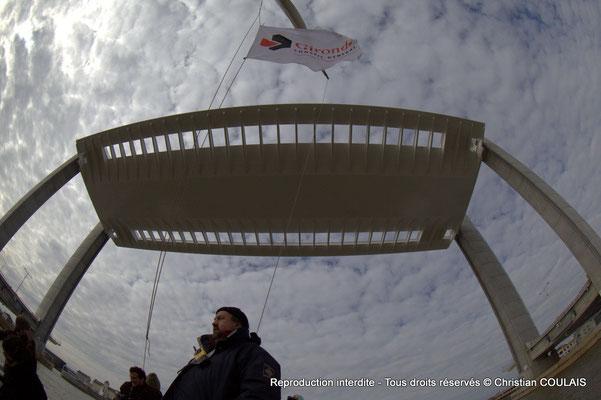 A « Gironde, Conseil général » Premier passage, non inaugural, de la gabarre les Deux Frères sous le pont Jacques Chaban-Delmas. Bordeaux, samedi 16 mars 2013
