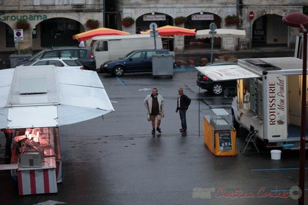 """Les premiers """"fidèles"""" clients arrivent, Marché de Créon, Gironde"""