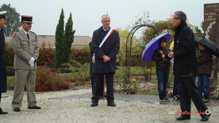Olivier Lamothe, adjoint au Maire; Gérard Pointet, Président des Anciens Combattants. Hommages et commémoration de l'Armistice du 11 novembre 1918 à Cénac, ce mercredi 11 novembre 2009.