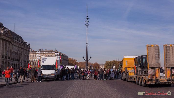 """""""Calme et volupté avant l'insurrection ?"""" Manifestation intersyndicale contre les réformes libérales de Macron. Quais du Maréchal Lyautey, de la Douane. Bordeaux, 16/11/2017"""