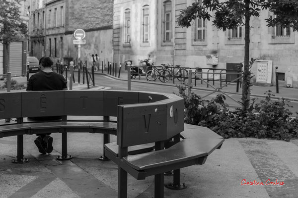 """""""Homme déconfiné sur banc public"""" Quartier Saint-Michel, Bordeaux. Mercredi 24 juin 2020. Photographie © Christian Coulais"""