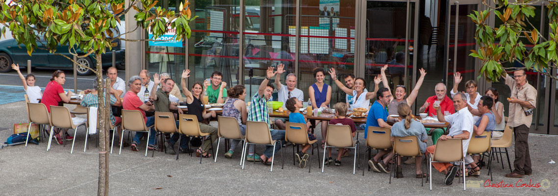 Repas partagé des Insousmis de la 12ème de la Gironde, après cette chaude journée de préparation et de concerts de ouf ! 28/05/2017, Targon