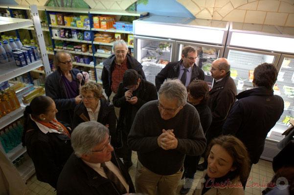 Lors du buffet, discussions entre élu-es, adhérents associatifs, citoyen-es. Epicerie solidaire, l'Annexe de la Cabane, 38, rue Amaury de Craon à Créon