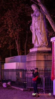 Odile Roux, adhérente A.M.A.C. au pied de la statue de Michel Eyquem de Montaigne, seigneur de Montaigne. Place des Quinconces, Bordeaux. Mercredi 17 octobre 2018