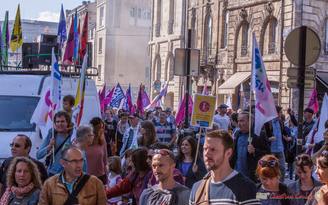 12h53 arrivée du cortège SUD Solidaires. Manifestation intersyndicale de la Fonction publique, place Gambetta, Bordeaux. 10/10/2017