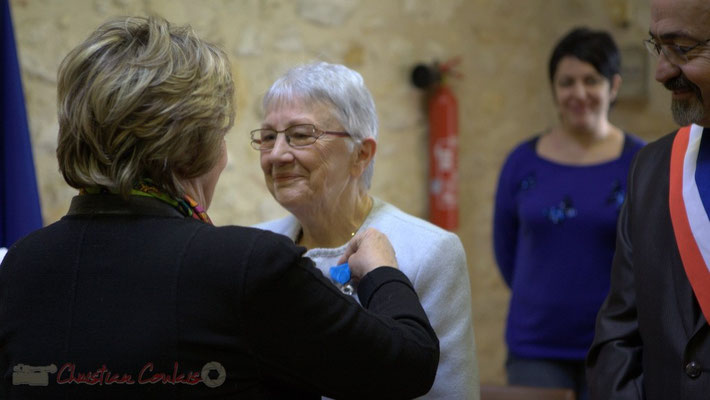 Françoise Cartron nomme Suzette Grel Chevalière de l'Ordre national du Mérite, ce 7 février 2015 à Le Pout