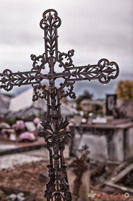 Croix métallique. Cimetière classé de l'église Saint-André, Cénac. 10/11/2017