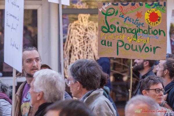 """""""La paix, l'amour, le partage, la joie, la fraternité, l'intérêt général, l'imagination au pouvoir. Stop nucléaire"""" Manifestation intersyndicale de la Fonction publique, place Gambetta, Bordeaux. 10/10/2017"""