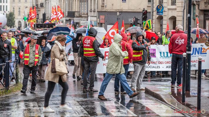 La tête du cortège arrive Place Gambetta, sans certains syndicats sur le plan national. Manifestation contre la réforme du code du travail. Bordeaux, 12/09/2017