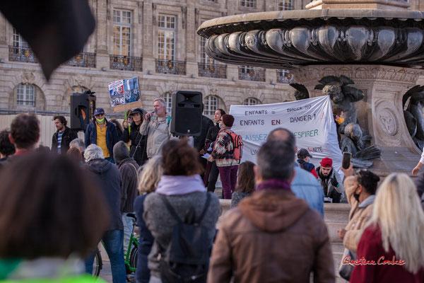 Les représentants associatifs, syhndicaux prennent la parole. Manifestation contre la loi Sécurité globale. Samedi 28 novembre 2020, place de la Bourse, Bordeaux. Photographie © Christian Coulais