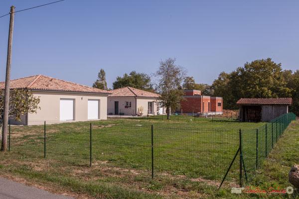 6 Constructions contemporaines, côté est. Allée du Cloutet, Cénac, Gironde. 16/10/2017