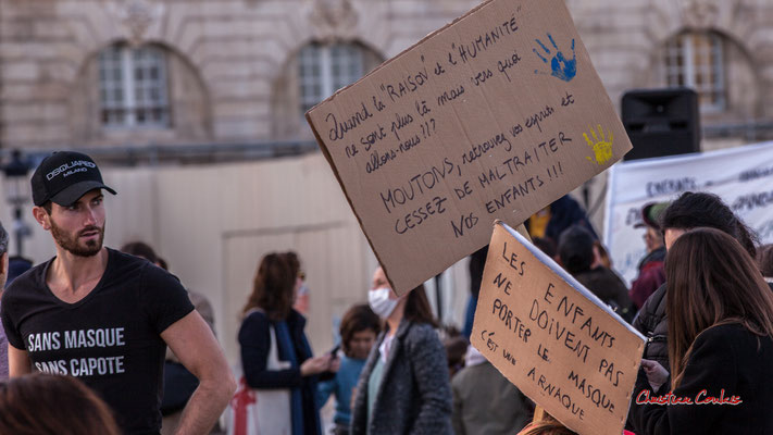 """""""Quant la raison et l'humanité ne sont plus là mais vers quoi alons nous ??? moutons, retrouvez vos esprits et cessez de maltraiter nos enfants !!!"""" """"Les enfants ne doivents pas porter le masque c'est une arnaque"""" 28/11/2020, place de la Bourse, Bordeaux"""