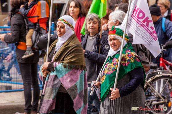 11h03 Femmes en costume traditionnel. Parti démocratique populaire turque, issu du Congrès démocratique populaire (Halkların Demokratik Kongresi, HDK). Place Gambetta, Bordeaux. 01/05/2018