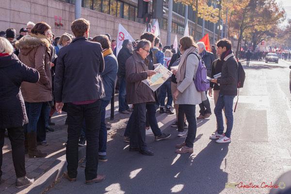 1 Un peu de lecture (Porte-voix) avant l'arrivée du cortège. Manifestation intersyndicale contre les réformes libérales de Macron. Bordeaux, 16/11/2017