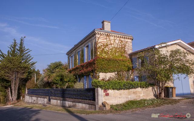 1 Habitat vernaculaire à l'angle de la place (privée) de Mons. Avenue de Mons, Cénac, Gironde. 16/10/2017