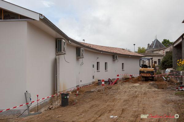 Face nord, vue arrière. Les bâtiments sont pratiquement terminés, reste la voirie. Réalisation de locaux commerciaux, avenue de la République à Cénac. 11/10/2012