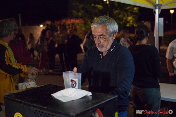 Coup de feu à la buvette avec Jean-Luc Camiliéri, bénévole. Festival JAZZ360, Cénac, 9 juin 2017