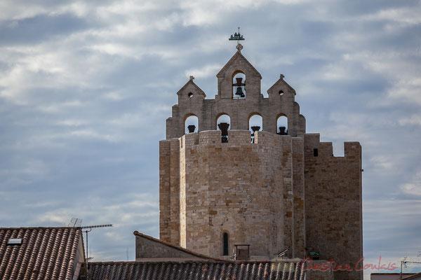 L'église domine le village, visible à 10 km depuis l'intérieur des terres. Véritable forteresse, formée d'une nef unique et droite, sans ornement et haute de 15 mètres. Les Saintes-Marie-de-la-Mer
