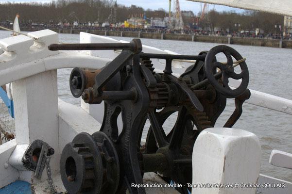 Mécanisme pour abaisser le mats afin de passer sous les ponts, comme celui de pierre. Gabare les Deux Frères, Bordeaux, samedi 16 mars 2015