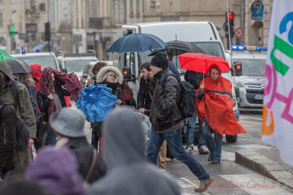 """14h52, les parapluies s'ouvrent le temps de l'averse, j'entends """"la météo nationale est avec le gouvernement"""""""