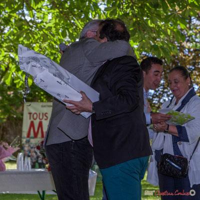 Longue accolade de Jean-Marie Darmian à son ami Daniel Barbe, pour le remercier de la mise en orchestre de cette festivité champêtre. 14 mai 2017, Blasimon