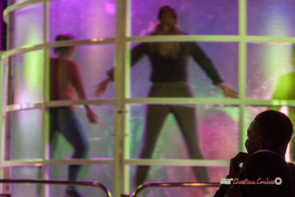 """""""Collée au mur """" Au fil des allées de la Foire aux plaisirs. Bordeaux, mercredi 17 octobre 2018. Reproduction interdite - Tous droits réservés © Christian Coulais"""