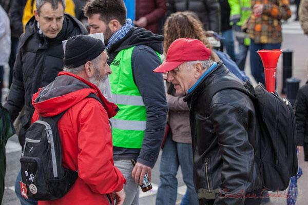 """14h42, échange entre militant au journal """"Anticapitalistes"""" et militant au cornet CGT. Place Gambetta"""