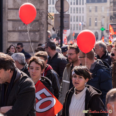 """14h23 Parité à F.O. """"Un gars, une fille aux ballons rouges"""" Manifestation intersyndicale de la Fonction publique/cheminots/retraités/étudiants, place Gambetta, Bordeaux. 22/03/2018"""