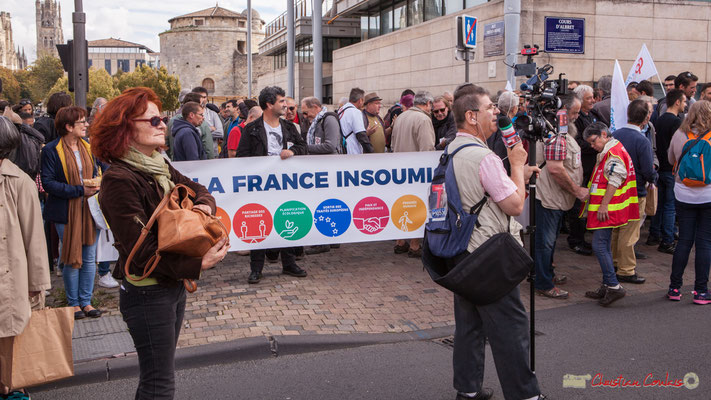 Devant la France insoumise, Jacques Salomon, TV Bordeaux 33 commente en direct l'arrivée de la Manifestation intersyndicale de la Fonction publique, cours d'Albert, Bordeaux. 10/10/2017