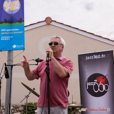 Bernard Capdepuy, élu, présente le déroulement des trois concerts et du repas. Festival JAZZ360, Quinsac. 10/06/2018