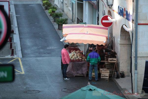 Premiers clients du producteur de légumes, Marché de Créon, Gironde