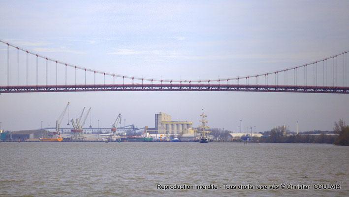 En aval du pont d'Aquitaine, le Belem, dernier trois-mâts barque français à coque acier, approche. Bordeaux, samedi 16 mars 2013