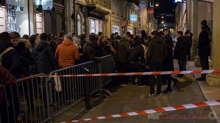 Dès 18h30, la foule s'amasse devant le Fémina pour assister à la réunion électorale de Benoît Hamon. Bordeaux. 3