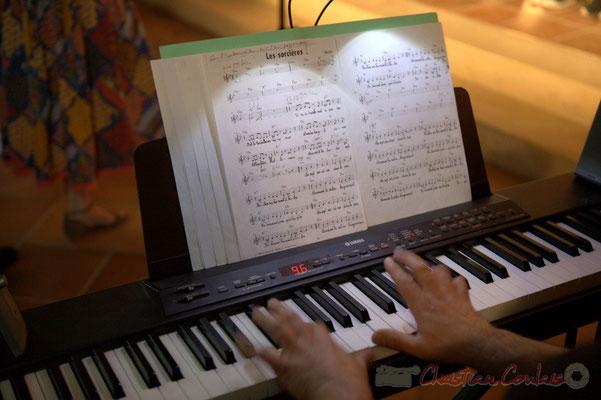 """""""Mains sur clavier & partitions"""" Timo Metzmaekers, Chorale Jazz des écoles de la CDC des Portes de l'Entre-Deux-Mers. Festival JAZZ360 2012, église Saint-André, Cénac. 08/06/2012"""