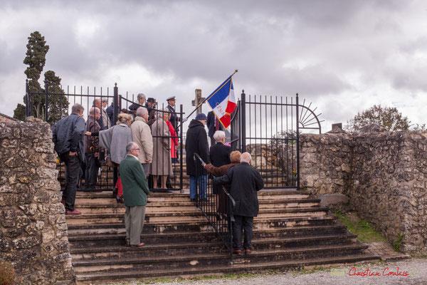 Dépôt d'une gerbe sur la tombe de l'Abbé Henry Péquignot, qui créa le 26 juillet 1931 l'Union Nationale des Anciens Combattants, section Cénac. Commémoration du 11 novembre 1918, 11/11/2017