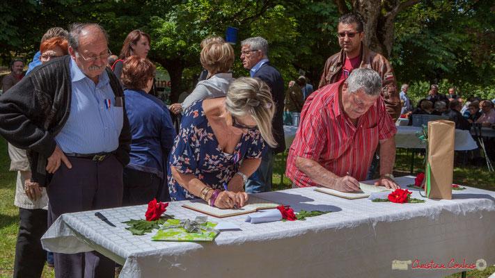 Signatures des deux livres d'or. Tous avec Martine...Faure et Jean-Marie Darmian pour fêter 10 ans de députation et un jubilé d'engagements politiques. 14 mai 2017, Blasimon