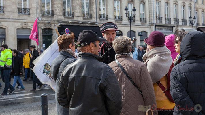 15h05, Yves Simone palabre du vieux Bordeaux aux touristes présents, reproduction de carte ancienne  à la main, allée de Tourny