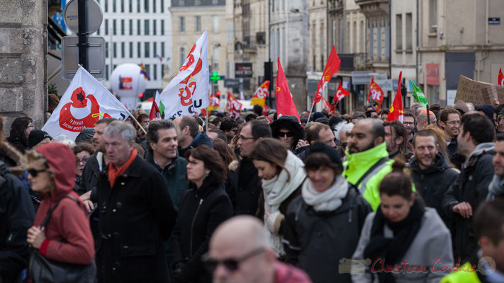 14h38, des milliers (9 500 à 15 000 ?) de manifestants, étudiants, syndicalistes déambulent place Gambetta, à Bordeaux