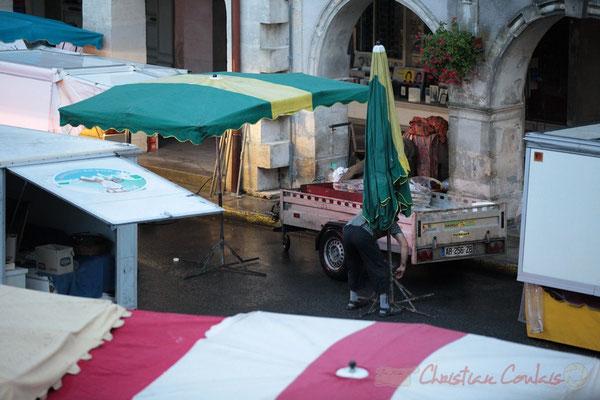 Mise en place du fameux parapluie forain, Marché de Créon, Gironde
