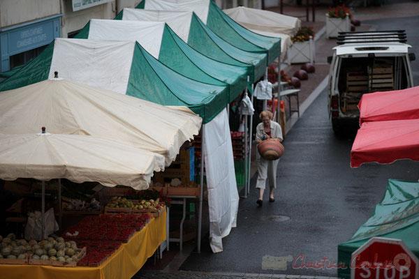 Les clientes fidèles sont à pied d'œuvre, Rue Amaury de Craon, Marché de Créon, Gironde