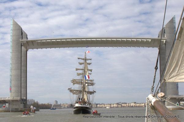 E Le Belem est en approche du pont Jacques Chaban-Delmas pour son inauguration. Le matelot termine le rangement des cordages du grand foc affalé. Gabare les Deux Frères, Bordeaux, samedi 16 mars 2015