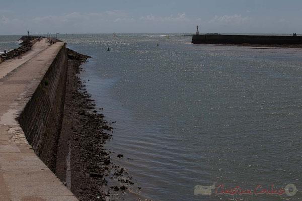 La jetée de la Garenne et l'entrée des ports de pêche et de plaisance. Saint-Gilles-Croix-de-Vie, Vendée, Pays de la Loire