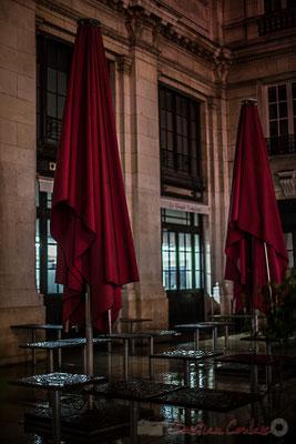 Extérieur nuit, sous la pluie, parasols, terrasse du café, Gare Saint-Jean, Bordeaux