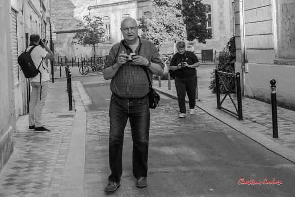 """1/2 """"Adhérent.es de l'Amac en quête du bon angle"""" Quartier Saint-Michel, Bordeaux. Mercredi 24 juin 2020. Photographie © Christian Coulais"""