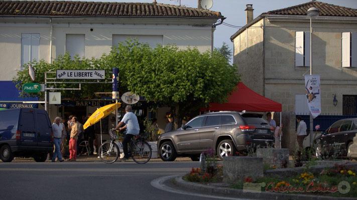Festival JAZZ360 2015, manifestation responsable, Richard Raducanu se déplace en vélo. Place du bourg, Cénac, 12 juin 2015